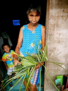 Women from Sorsogon province in the Philippines rely on a successful harvest to feed their families and make plant-based handicrafts to supplement the family income. Photo by Monica Ortiz.
